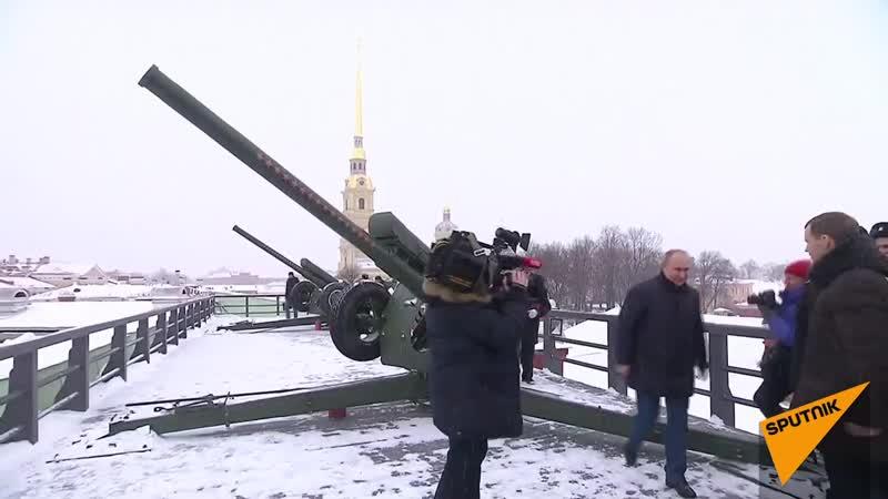 Путiн Астоновiсь Путин выстрелил из пушки во время гуляний в Петропавловской крепости. 7 января 2019 года.