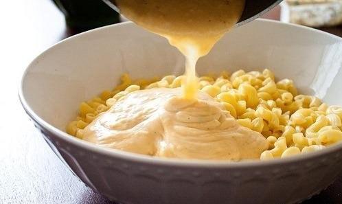 макароны с сыром и курицей что нужно: молоко - 1 чаш.кукурузный крахмал - 1 ст.лмасло сливочное - 0,5 чаш.сыр сычужный твердый чеддер - 0,75 чаш.сыр с голубой плесенью - 0,5 чаш.макароны