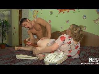 Пышная мамочка любит жесткий анал с молодым