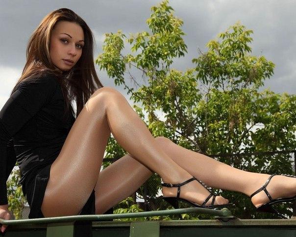 Девушка, платье, колготки, туфли, ножки, позирование обои Обои на