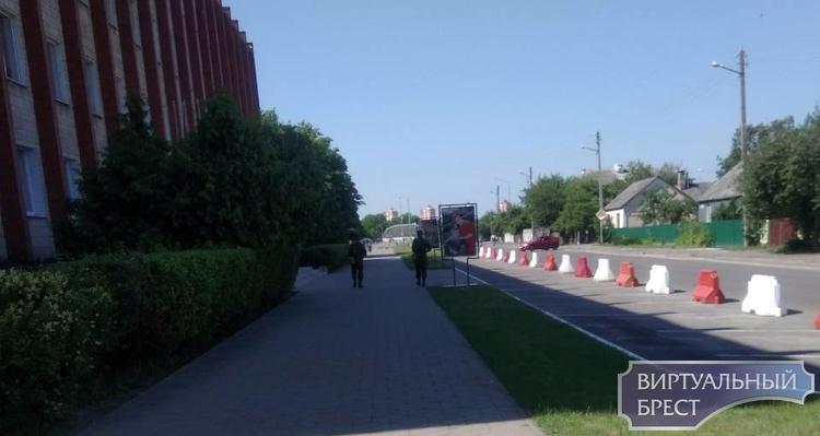 Вооружённые люди охраняют военкомат в Бресте. Что происходит?