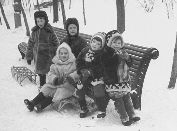 Зимние забавы советского времени. «Летят снежинки, выше меня сугробы, Варежки на резинке не потерялись