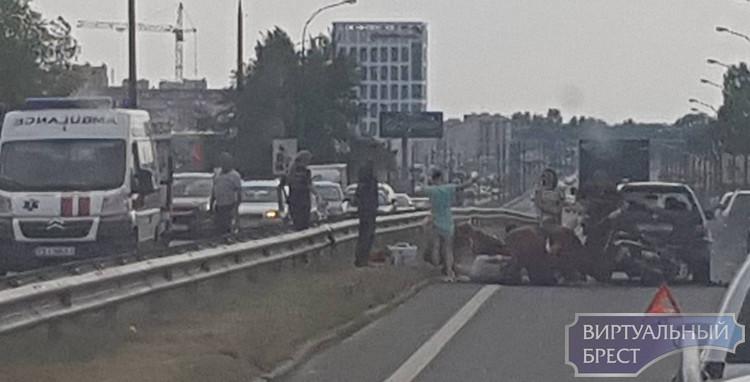 ДТП на путепроводе на Варшавке: пострадал мотоциклист