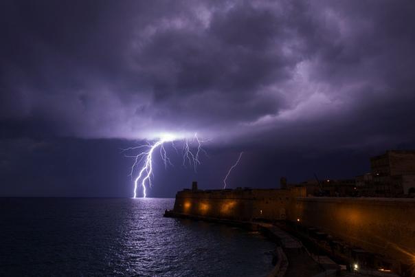 Удар молнии во время грозы возле форта Святого Эльма. Валлетта, Мальта.
