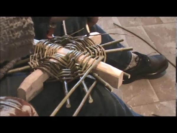 KOŠÍKÁŘSKÁ ŠKOLA KOŠÍKÁŘE KRÁLE-pletení koše se zeleného proutí se spodním křížem