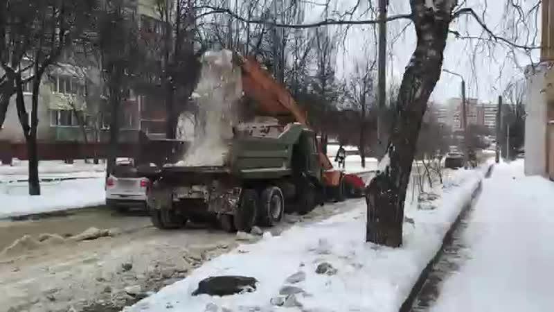 Снегоуборочный комбайн загружает снег в самосвал К.mp4