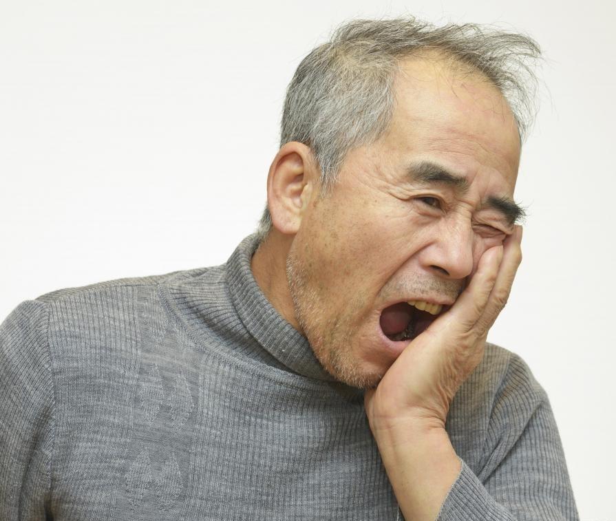 Люди, страдающие от постоянной боли в зубах, должны обратиться к стоматологу.