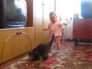 ==ааа=кошка мать спасает своего котенка от ребенка