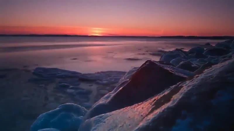 Усталый айсберг прилёг на берегу
