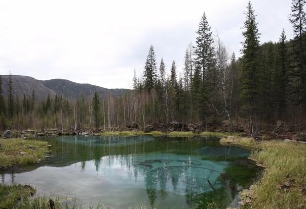 На дне источник наполняет озеро. Бултыхает дно пузырьками, поэтому виднеются разводы. Можно заприметить, где центр «гейзера».