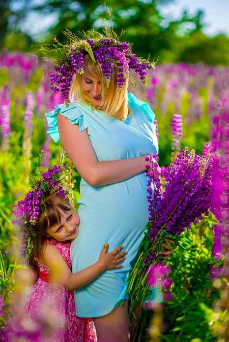 Женщина на поздней стадии беременности должна выбрать акушерку или акушера, которые могут помочь ей подготовиться к родам и родам.