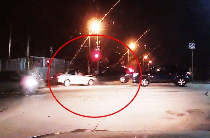 В Таганроге видеорегистратор заснял момент столкновения двух иномарок на «Мармеладе». ВИДЕО