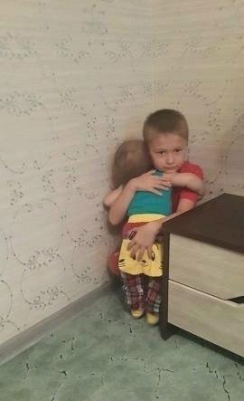 Старший брат сидит в углу, а младшему дали свидание 😃
