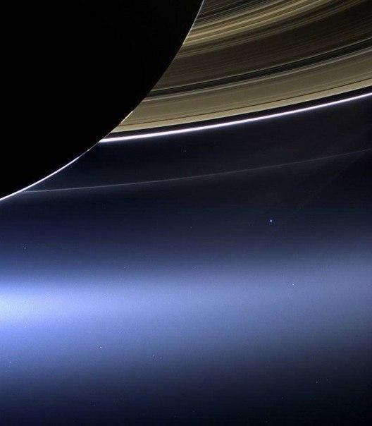 Яркая голубая точка справа