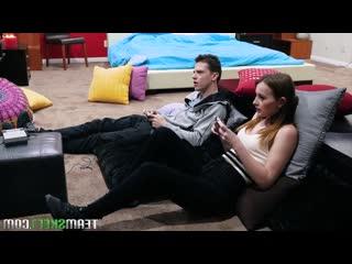 Сестра лезет к своему брату под одеяло и соблазняет парня