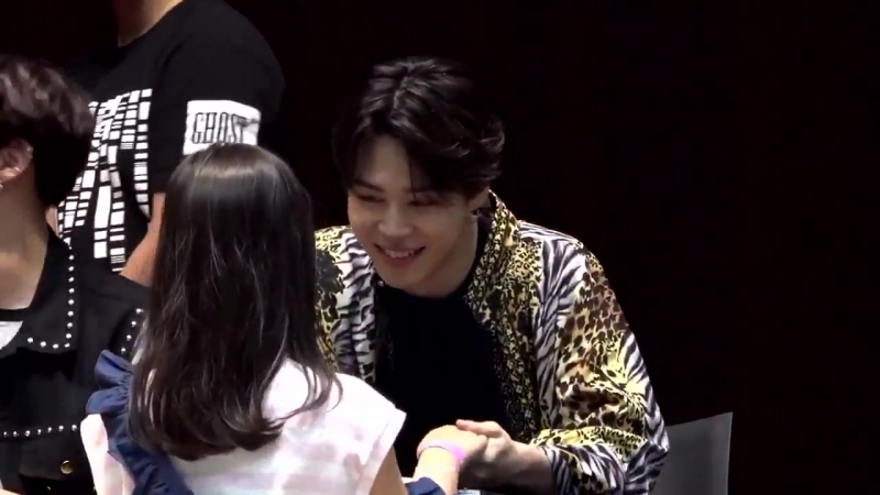 I'm extremely emo bc look at jimin's reaction to the little army he held her hand the enti