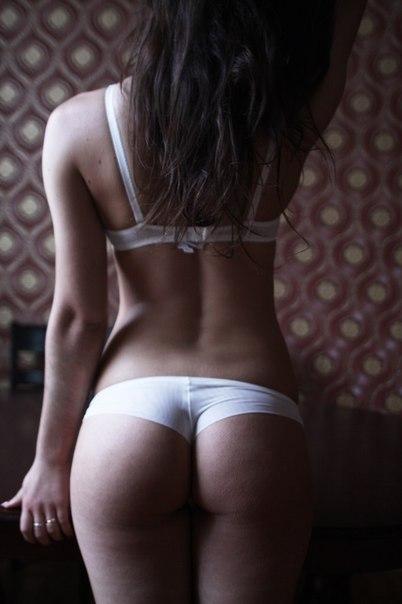 Фото девушек сзади в брюках с очертанием трусиках фото 323-457