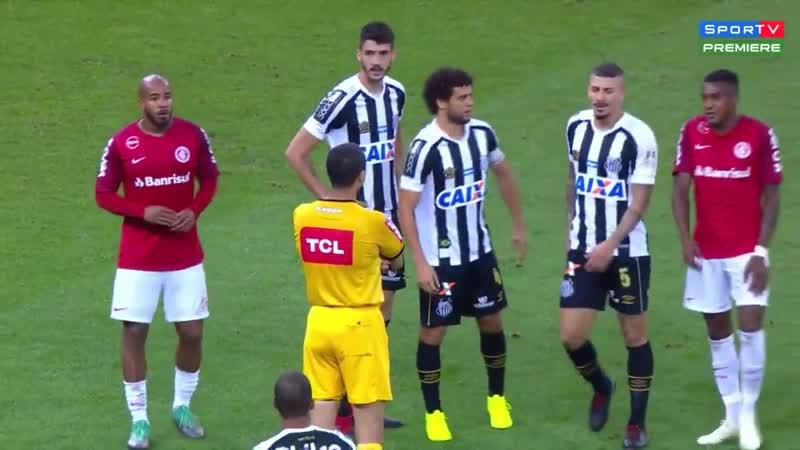 Após gol anulado de Damião, Ricardo Marques Ribeiro levou mais de um minuto só para chegar até o assistente.