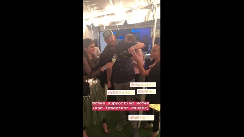 Женевьев и Адриенна Бош в баре Stereotype