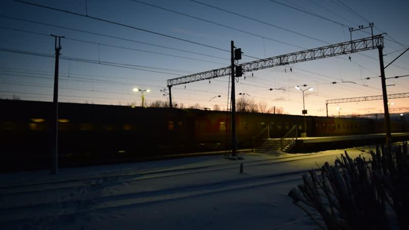 ЧС2Т с пассажирским поездом проходит мимо станции Войбокало
