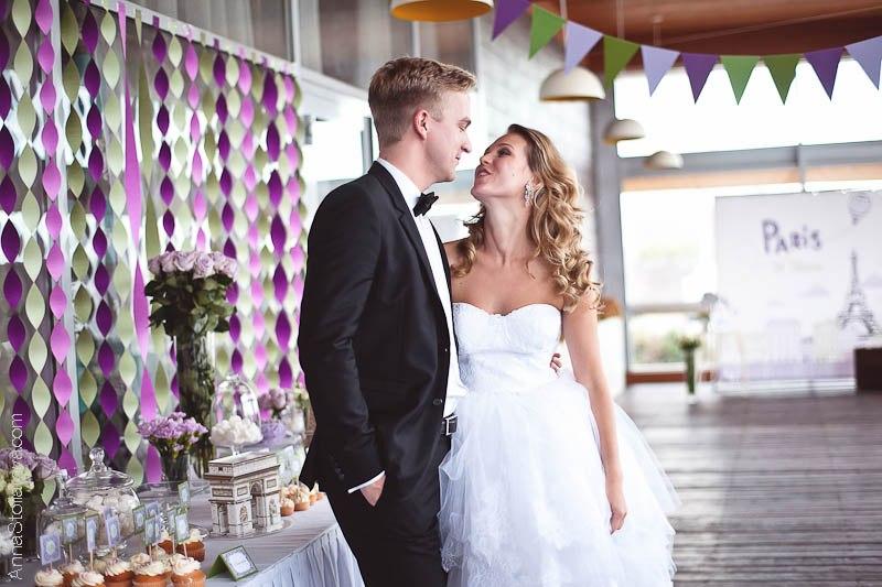 молодожены на свадьбе в стиле путешествие