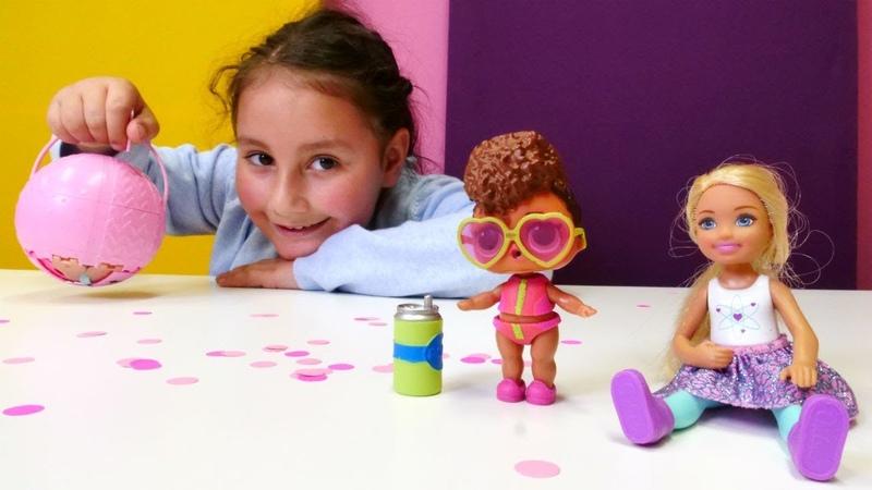 Barbie ve Chelsea LOL bebek sürpriz yumurtasını açıyorlar. Oyuncak açılımı