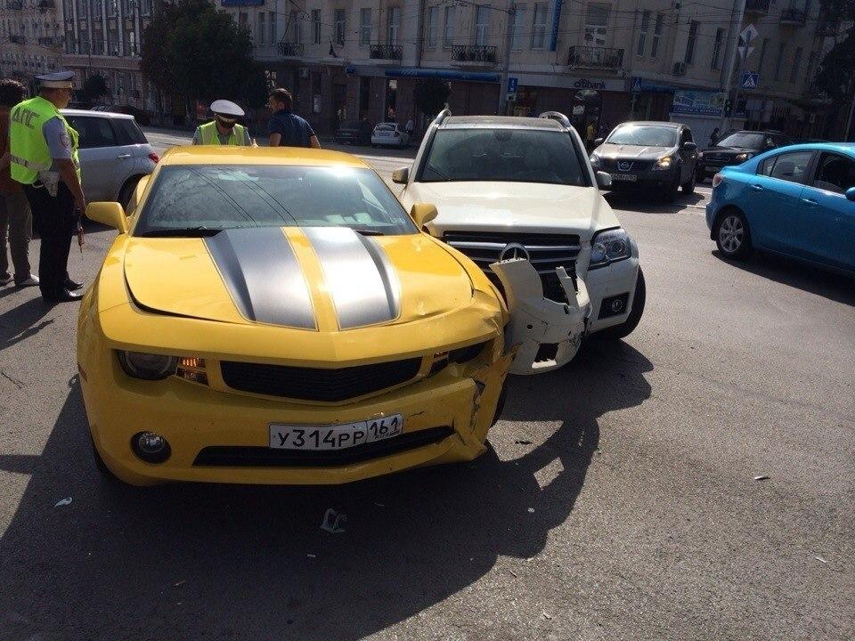 В центре Ростова-на-Дону дорогу не поделили Сhevrolet Сamaro и Mercedes-Benz GLK