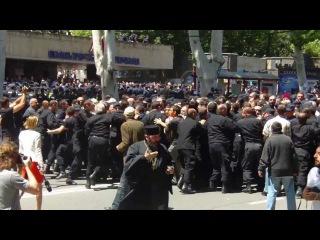 სასულიერო პირებმა პოლიციის კორდონი გაარ&#4326