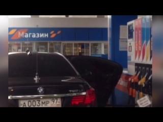 Заливает бензин в канистру