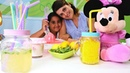 Minnie Mouse için ev yapımı limonata. Anne kız oyunu