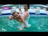 волшебный танец мамы с дочкой в воде