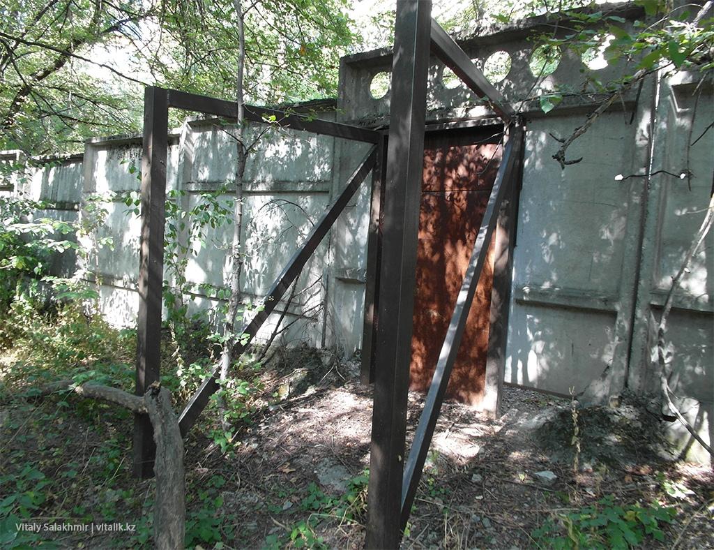 Калитка с КазГУ в Ботанический сад Алматы 2018