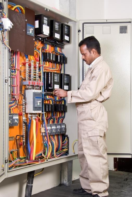 Мультиметр входит в набор инструментов профессионального электрика.