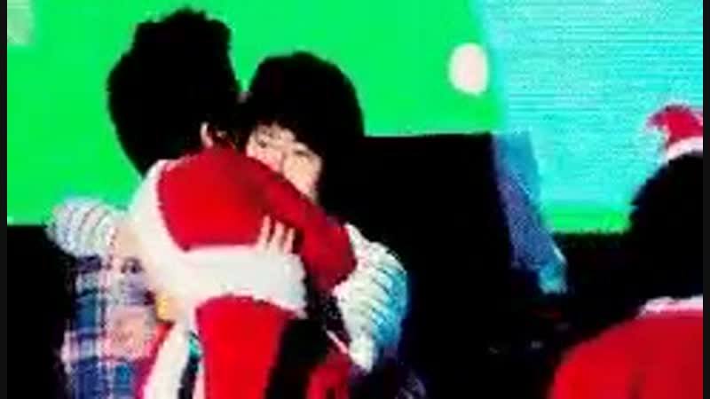 Here's Kyu initiating a hug for those who think that Kyuhyun is uncomfortable with Siwon's skinship