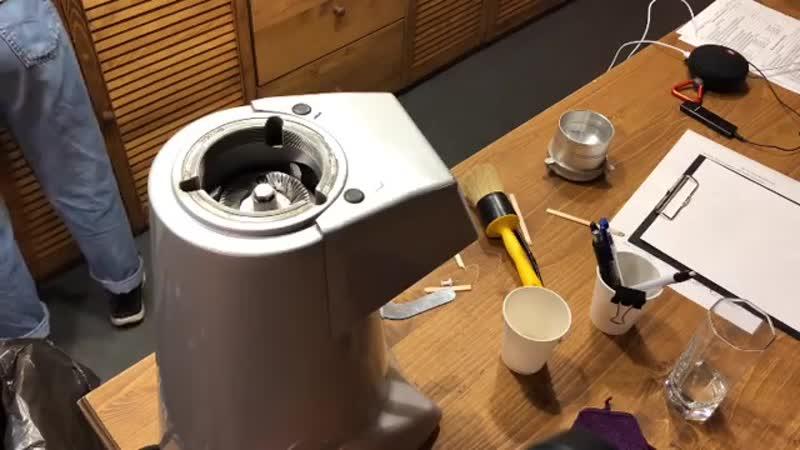 Так происходит чистка кофемолки.