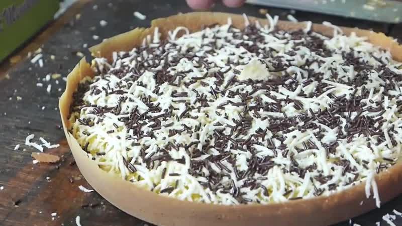 Индонезийская уличная еда - десерт из шоколадного сыра