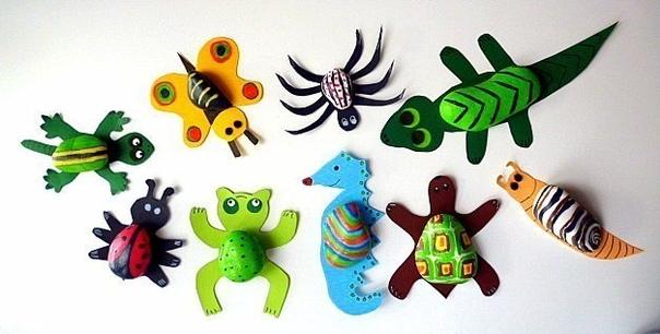 МАСТЕРИМ ЗАБАВНЫХ ЗВЕРЬКОВ Простые камешки могут стать компанией веселых зверей, земноводных и насекомых.Нам понадобятся:Камешки;Акриловые краски;Кисточка;Картонные шаблоны животных.Для начала