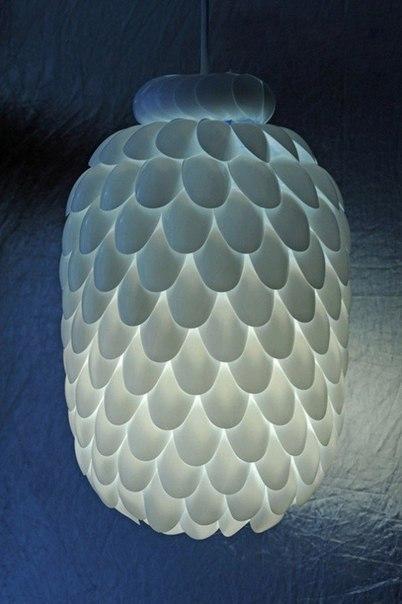 Абажур из пластиковых ложек (2 фото) - картинка