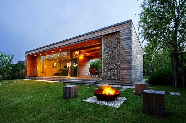 Как построить деревянную дачу в 50 квадратов, уместить в ней все для семейного отдыха, при этом сделать ее образцом концептуального современного дизайна? У венгерских архитекторов есть рецепт