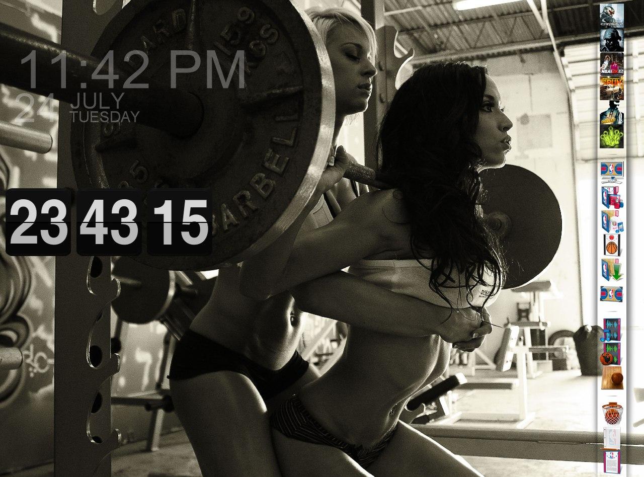Красивые девушки занимаются тяжелым фитнесом