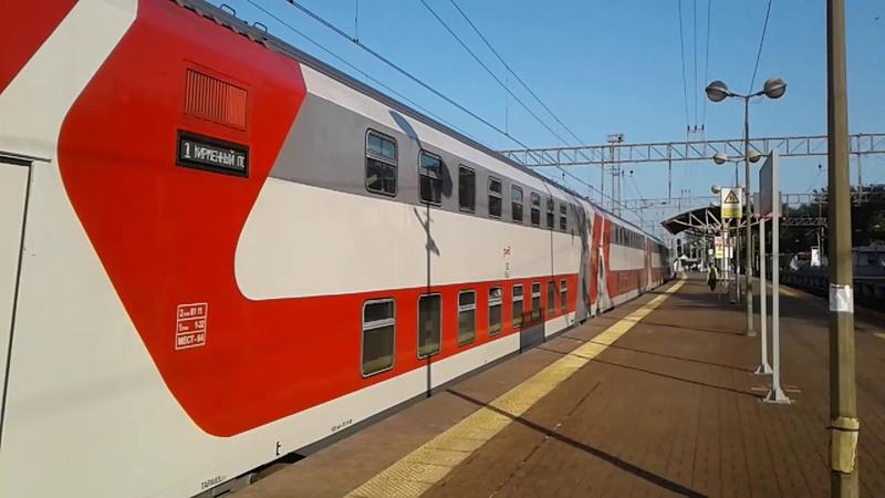 ЭП20-054 с фирменным двухэтажным поездом Адлер-Москва,на платформе Плющево,Казанского направления.