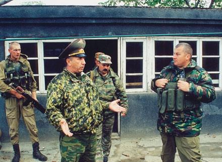 Командующий группировкой внутренних войск генерал-майор Григорий Фоменко и полковник Юрий Дидковский.