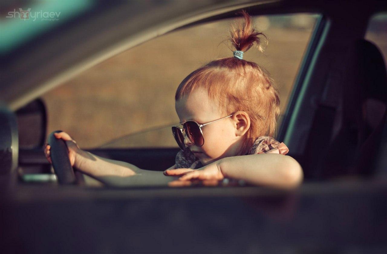 Следующее после Маленькая девочка в очках за рулём машины фото.
