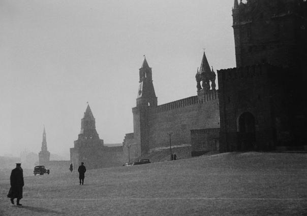 Красная площадь и стены Кремля.