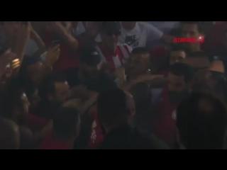 Фанаты «Олимпиакоса» встречают Яя Туре