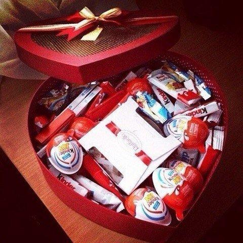 Фото девушек с подарками