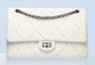 Где купить сумку Шанель.  Конечно в официальном магазине бренда.  Адреса смотрите на сайте www.chanel.com.