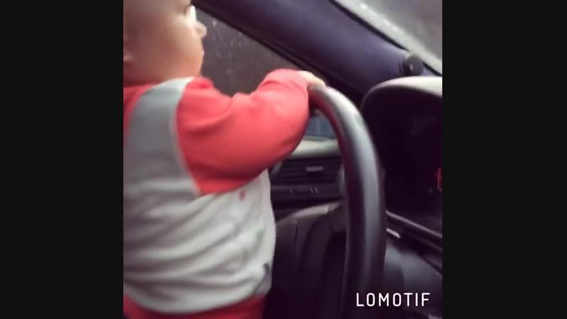 Мой маленький водитель начинающий 😂😂😂💜💜💜💜сначала покривляется чтобы позвали прокотился, потом счастливая едет😂😂🌸🌺доча на бмва