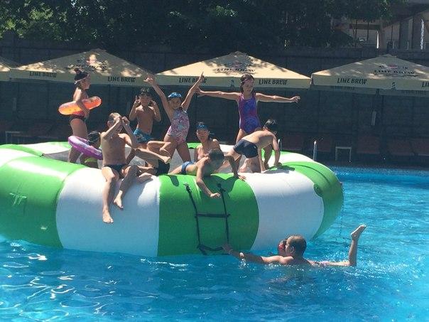 детский лагерь в бассейне