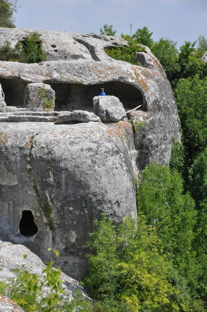 Пещерные помещения в Эски-Кермен находятся рядом с обрывами. Скорее всего, в этих местах были дозорные пункты